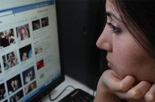 ¿Qué emociones humanas desarrolla Facebook?