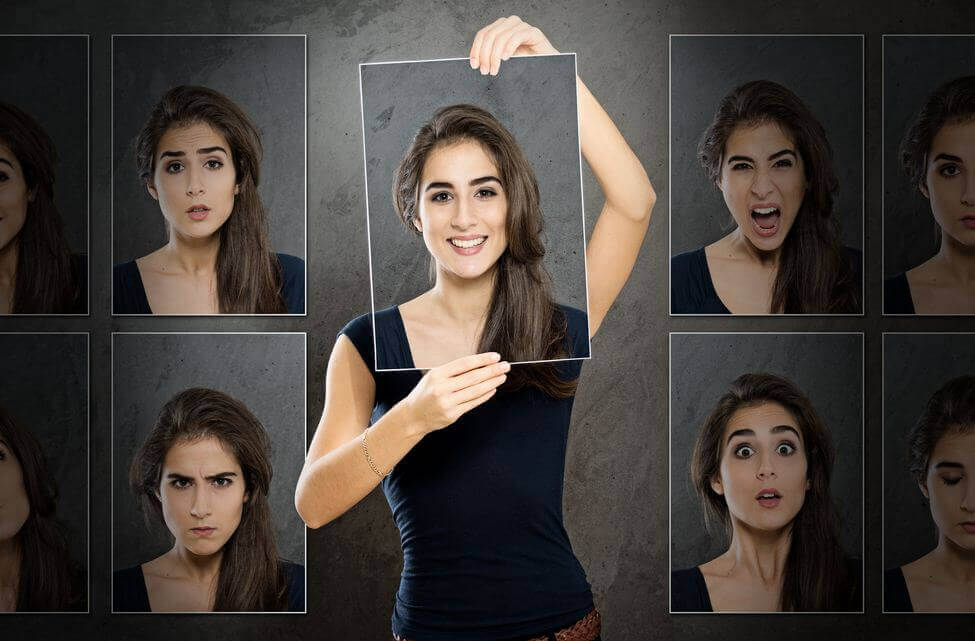 Mujer con diferentes caras para representar el concepto de primeras impresiones