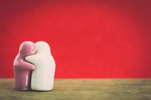 Dos muñecas de cerámica abrazándose