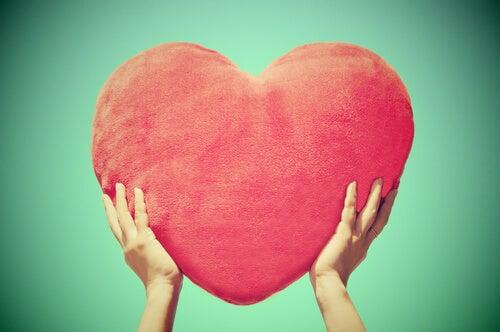 Manos sosteniendo un corazón grande