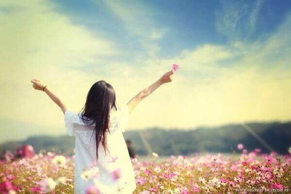 Mujer feliz en el campo