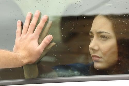 Chica dice adiós a su pareja