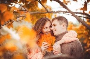 Chica que sabe dar las gracias a su pareja con un detalle