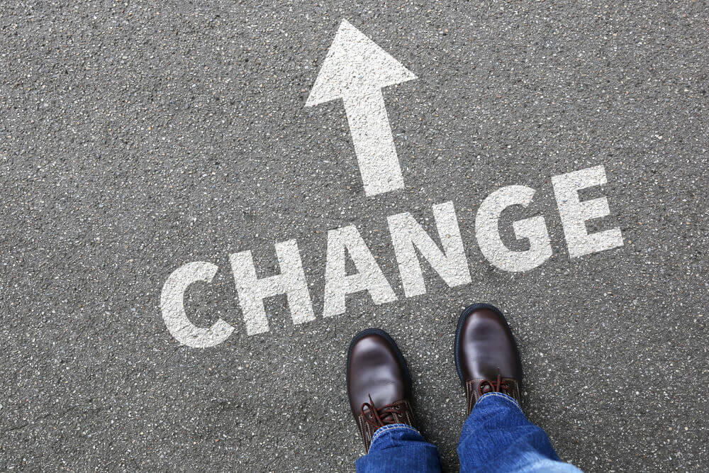 Hombre ante señal de cambio como paso para el control de la ansiedad