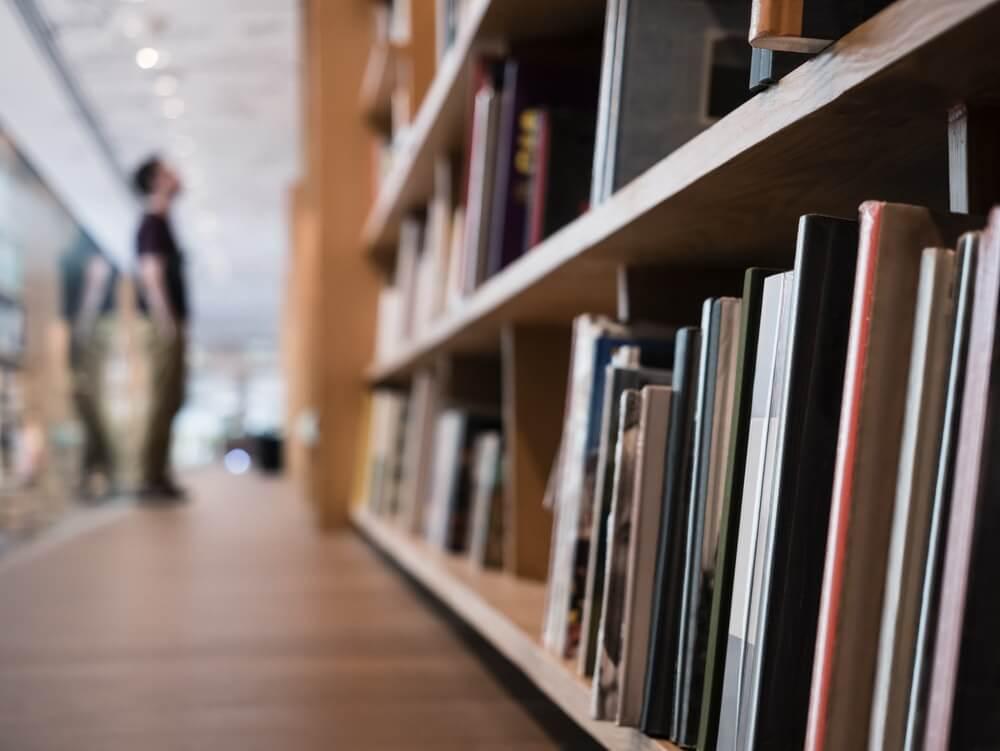 Hombre en la biblioteca