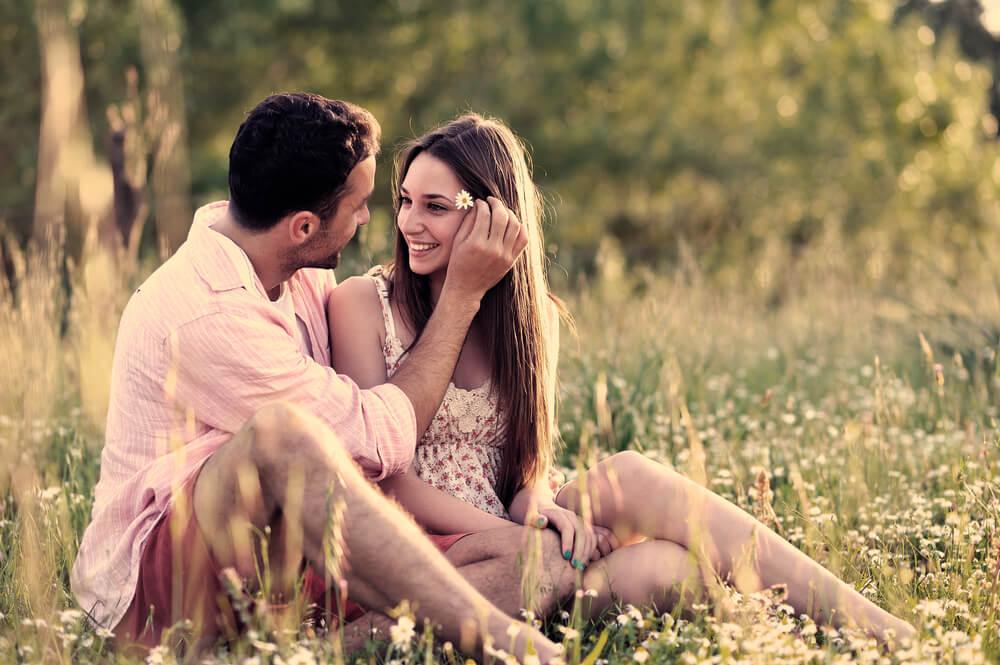 Hombre haciendo que su pareja se sienta querida