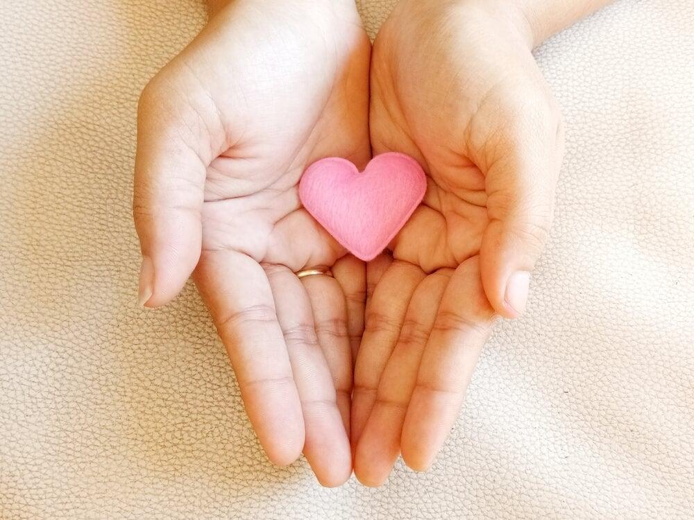Manos en posición de dar amor