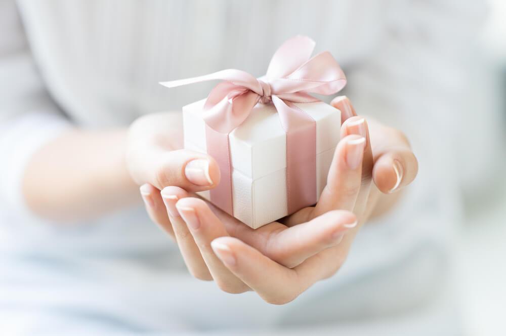 Manos sujetando un regalo