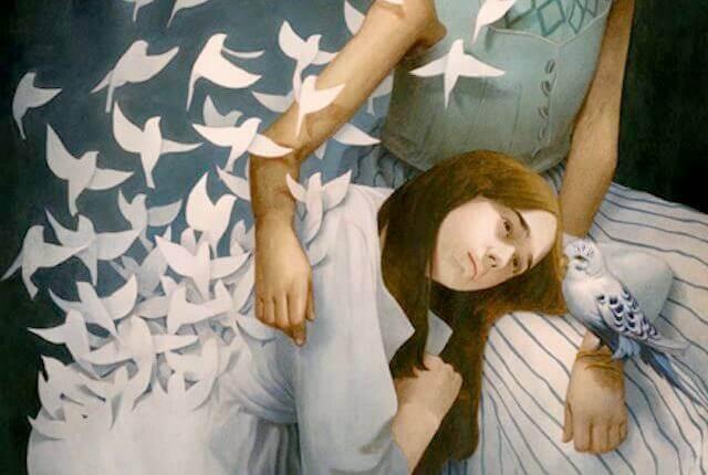 Mujer trista entre pájaros