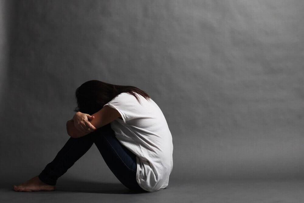 Mujer triste sin control de la ansiedad