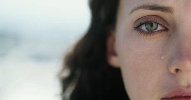 Mujer con lágrima sobre su mejilla