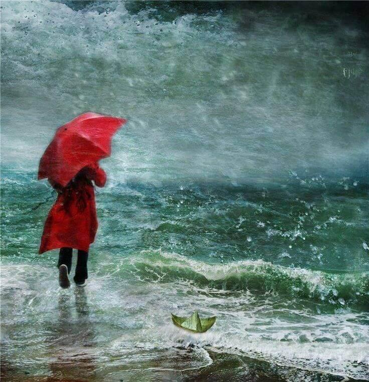 Mujer con dolor por la decepción mirando al mar