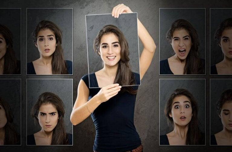 Mujer con varias caras representando inteligencia emocional