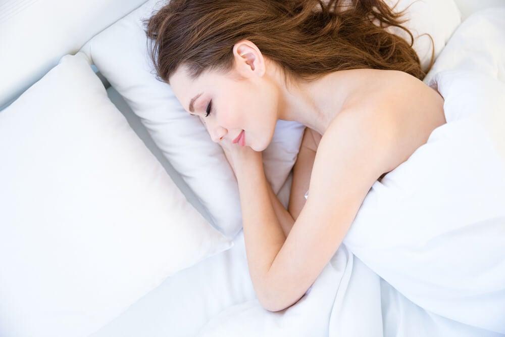 Mujer durmiendo sin ropa