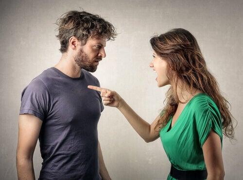 Mujer culpando a su novio y haciendo una proyección psicológica negativa