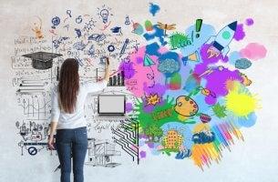 Mujer en un proceso de ser creativo