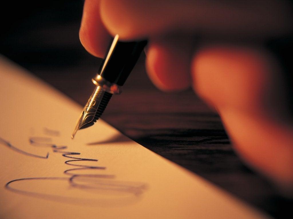 Mujer escribiendo frases para aplicar a la vida