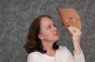 Mujer mirando un sombrero señal de control de la ansiedad