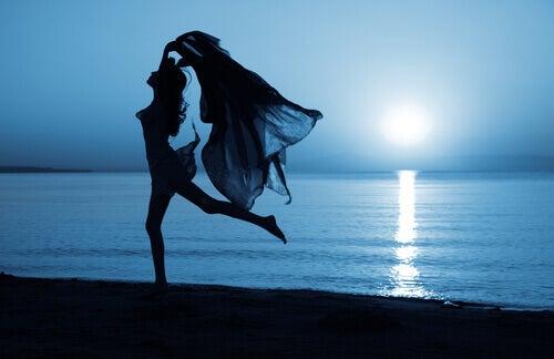 Mujer bailando para relajarse