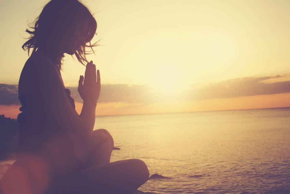 Mujer practicando yoga y pensando en las frases de Buda
