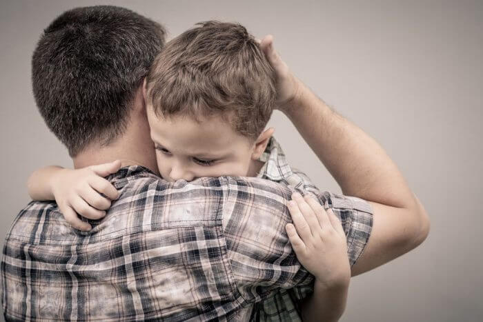 Padre sobreprotegiendo a su hijo