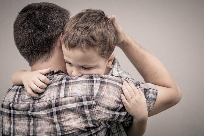 Padre sobreprotegiendo a su hijo.