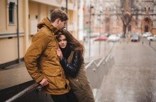 Pareja abrazada representando solo quiero que me quieran