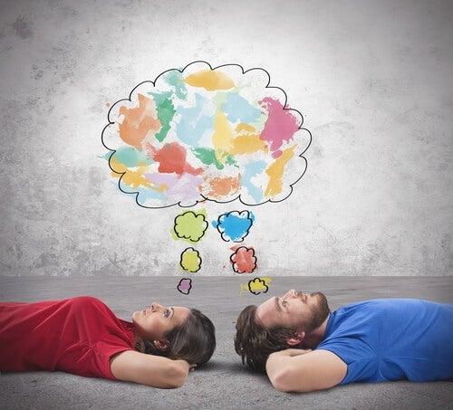 Pareja aburrida pensando ideas creativas