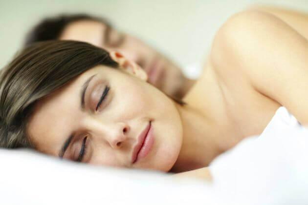 ¿Conoces los beneficios de dormir sin ropa?