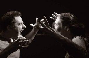 Pareja gritándose solucionar un conflicto