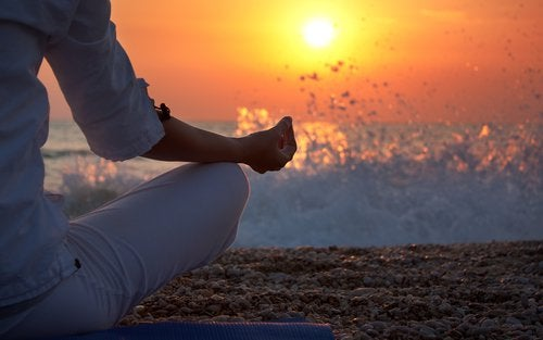 Mujer pensando en los libros de meditación para comenzar a meditar
