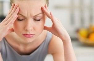 Mujer que intenta controlar el estrés