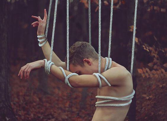 hombre con cuerdas que sufre narcisismo en la pareja