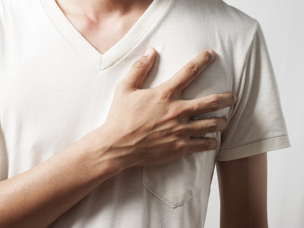 Hombre dependiente emocional con la mano en el corazón