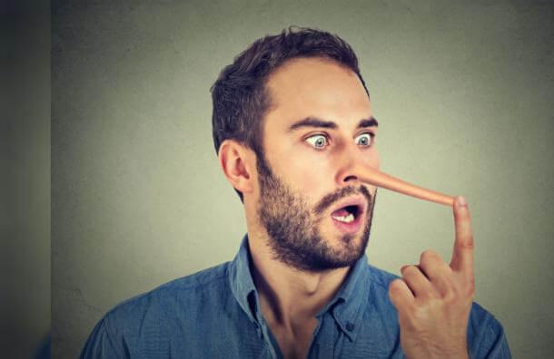 Hombre con nariz de pinocho