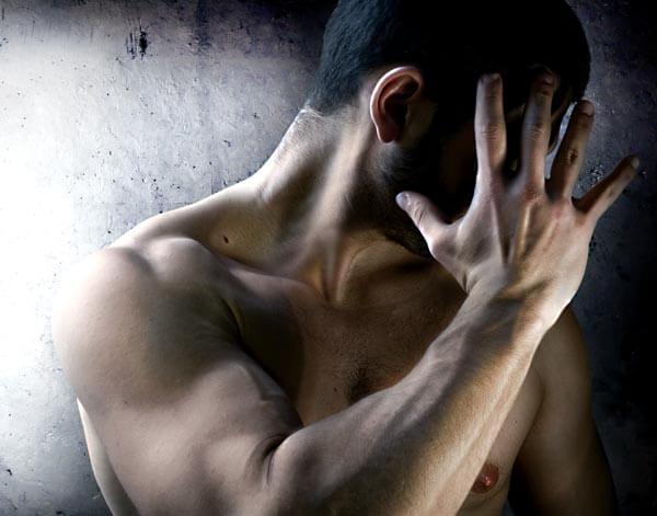 Hombre desnudo avergonzado