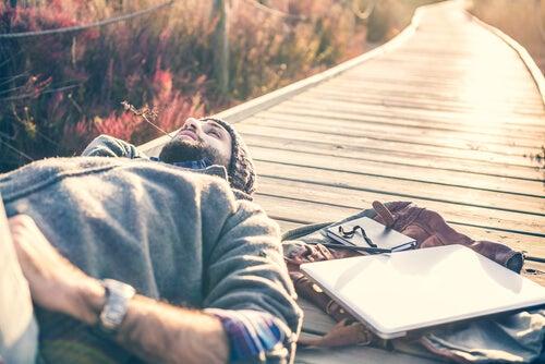 Hombre relajado en el campo