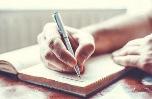 Hombre empezando a escribir a mano
