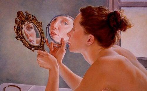 Mujer ante un espejo mostrando reconocimiento propio