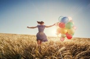 Mujer con globos y buena actitud