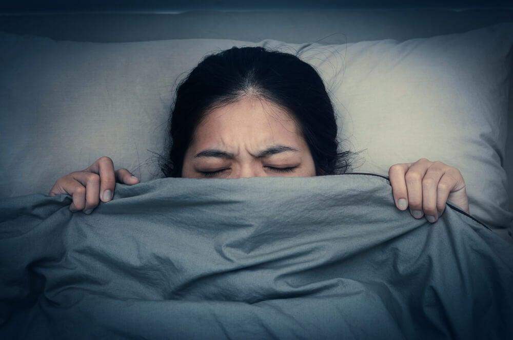 Mujer sufriendo una pesadilla
