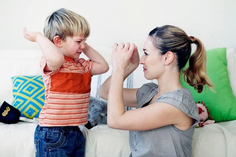Niño pegándole a su madre