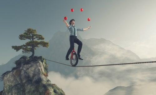 Hombre haciendo equilibrios sin rendirse