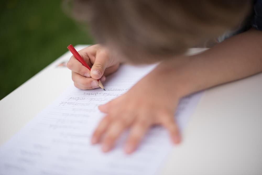 Niño escribiendo en el cuaderno