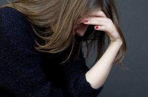 Mujer pensando preocupada