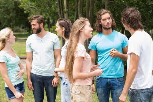 Amigos hablando, imagen para simbolizar los tipos de pareja