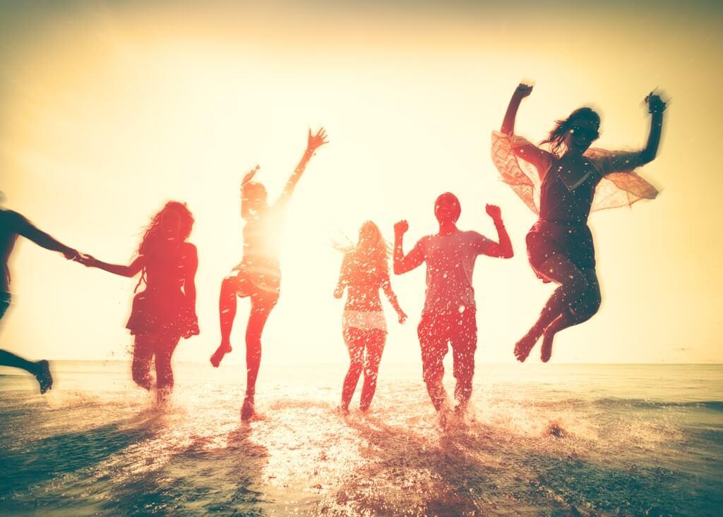 Amigos saltando felices