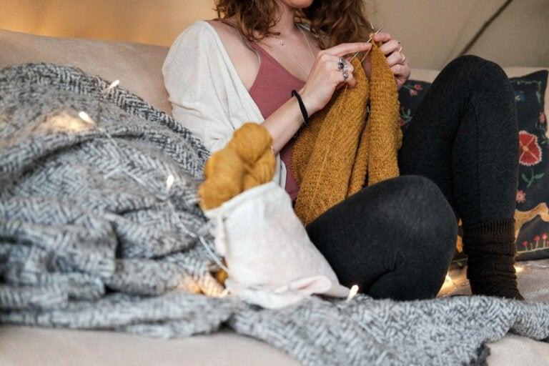 Lanaterapia: más de 3 beneficios de tejer para tu bienestar