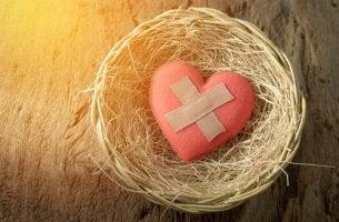 Corazón con tirita simbolizando una ruptura de pareja