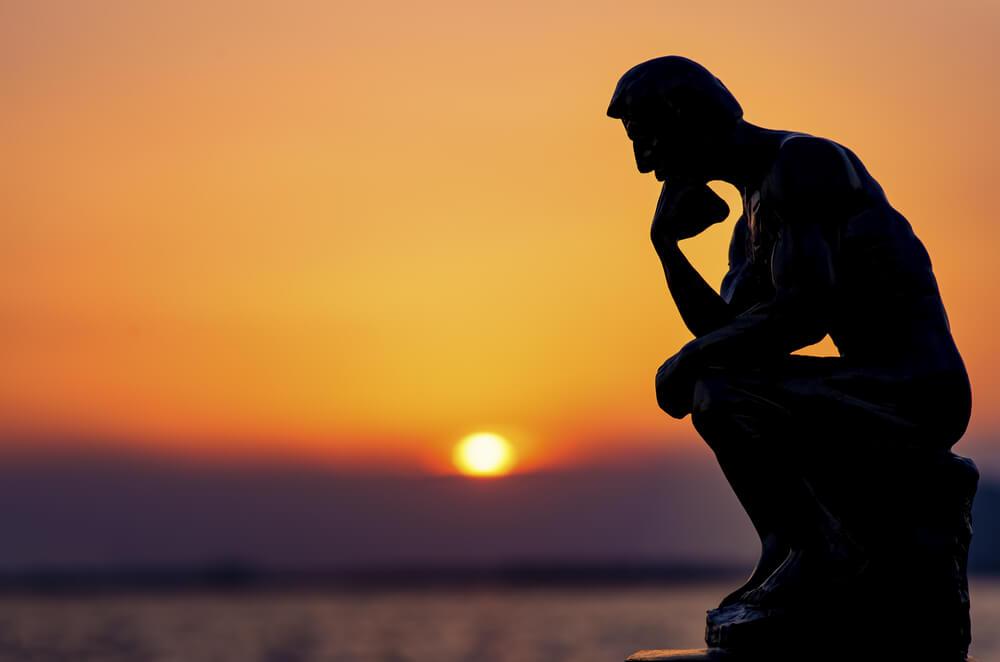 Estatua pensante simbolizando peso de la culpa